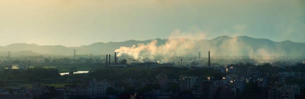 Industrielle Schornsteine und Städte – Foto
