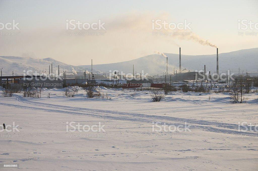 Industrial verschneite Landschaft mit Bergen im Hintergrund Lizenzfreies stock-foto