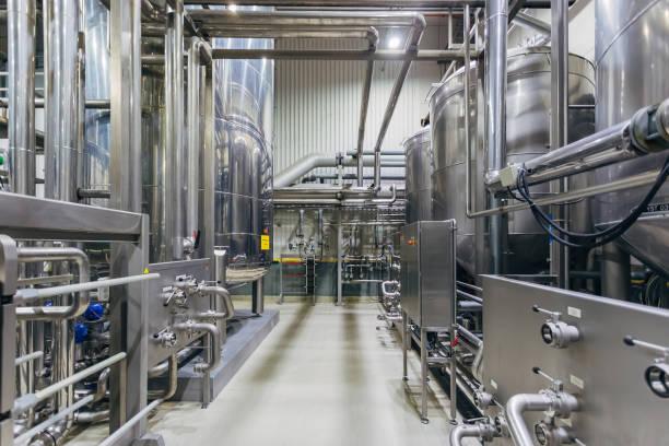 industrielle edelstahlbehälter in moderner brauerei - nahrungsmittelfabrik stock-fotos und bilder