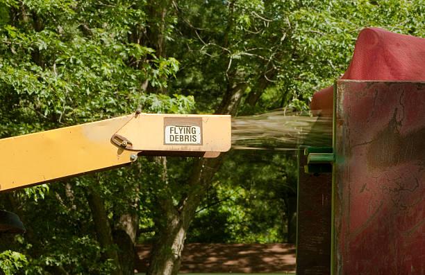 industrial wood chipper in aktion - häcksler stock-fotos und bilder