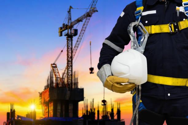 Industriearbeiter tragen Sicherheitsgurt. – Foto