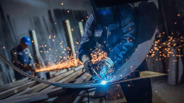 工業労働者に溶接機 - 金属工 ストックフォトと画像