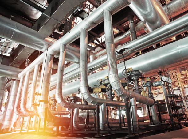 Industrial zone, Stahl pipelines und Ventile prüfen  – Foto
