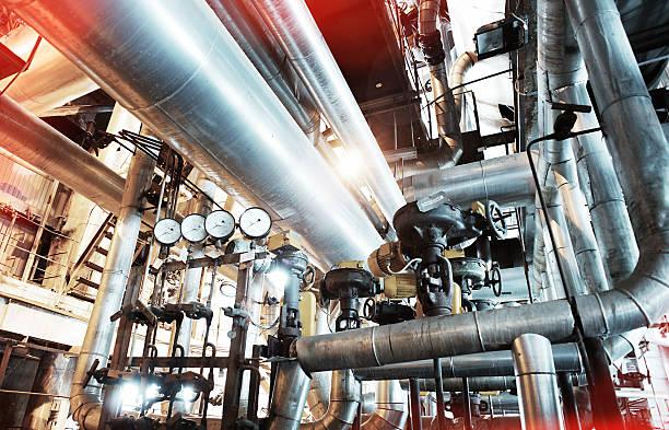 Industrial zone, Stahl pipelines, Ventile und Leitern  – Foto