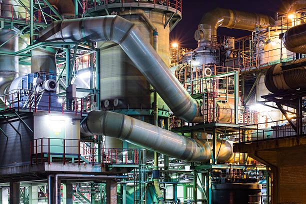 Industrie in der Dämmerung, Rohre ein Tank – Foto