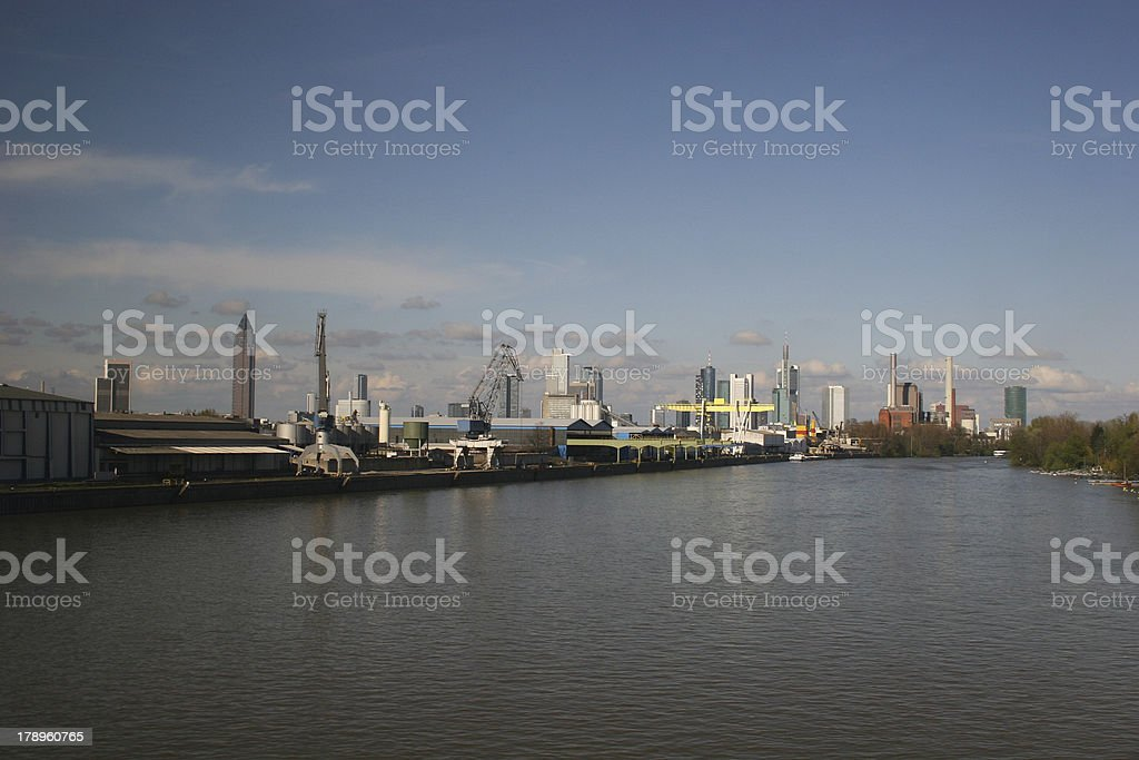 Industrie im Frankfurter Gutleutviertel am Main und Skyline stock photo