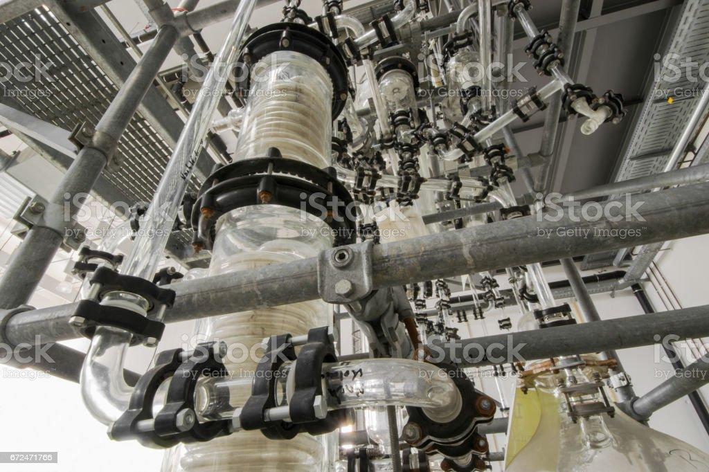 industrielle chemische Anlage mit Destillationskolonne stock photo