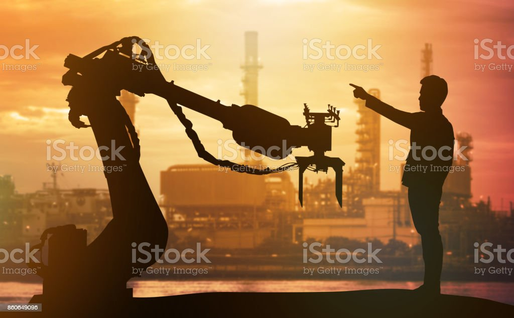 Industrie 4.0 Technologie, künstliche Intelligenz Trend Konzept. Silhouette des Geschäfts Mann Finger vorwärts zu schweren Automatisierung Roboter Arm Weichenantrieb. Lebendige Sonnenuntergang Himmel und intelligente Fabrik Hintergrund. – Foto