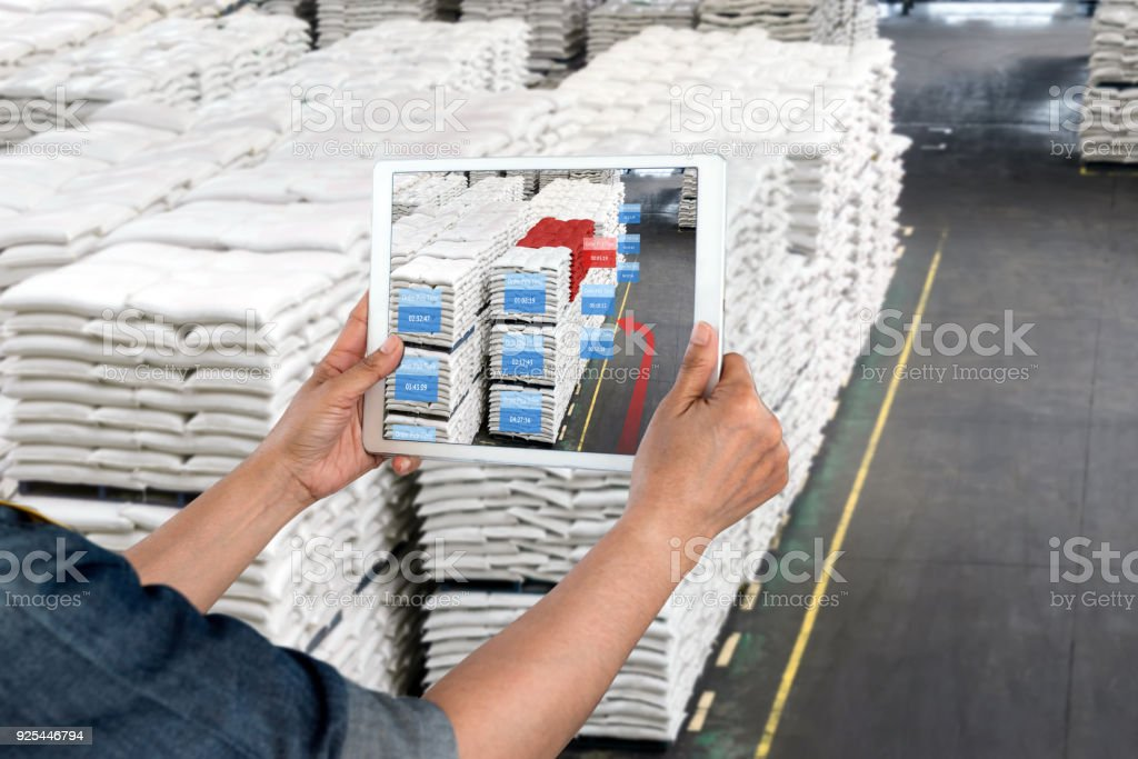 Industrie 4.0, Augmented Reality und intelligentes Logistikkonzept. Hand, die Tablette mit AR-Anwendung für Bestellung Abholung Prüfzeitpunkt in intelligente Fabrik Lager. – Foto