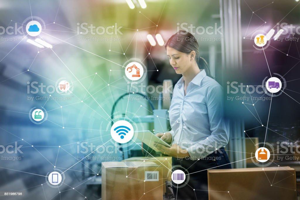 Industrie und Internet der Dinge-Konzept. Frau arbeitet in der Fabrik und drahtlose Kommunikations-Netzwerk. Industry4.0. – Foto