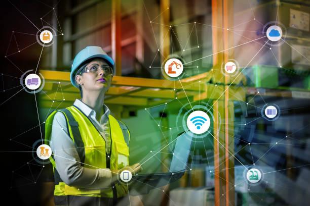 industrin och internet of things koncept. kvinna som arbetar i fabriken och trådlös kommunikationsnätverk. industry4.0. - delivery robot bildbanksfoton och bilder