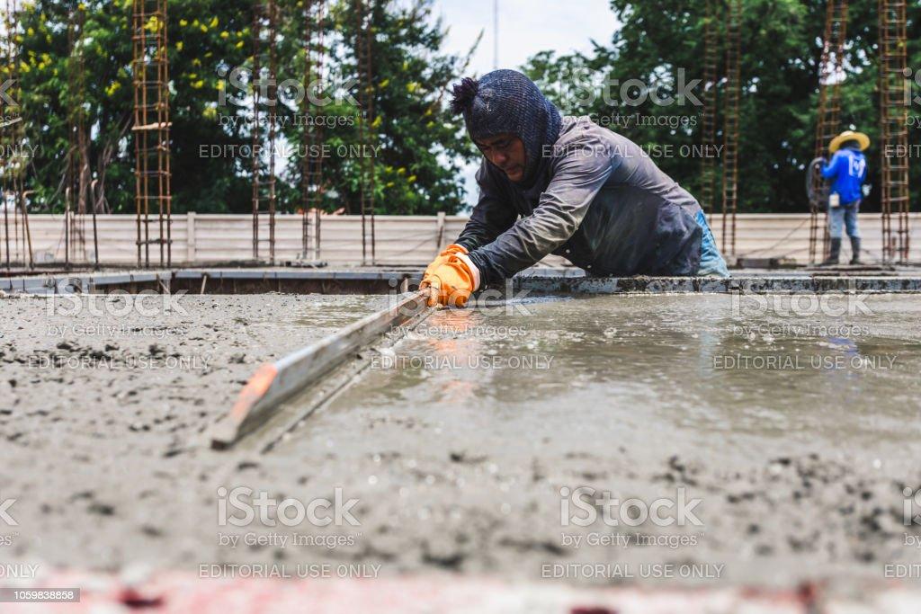 Trabajadores de los hombres la construcción industria con mezcla de hormigón de herramienta - foto de stock