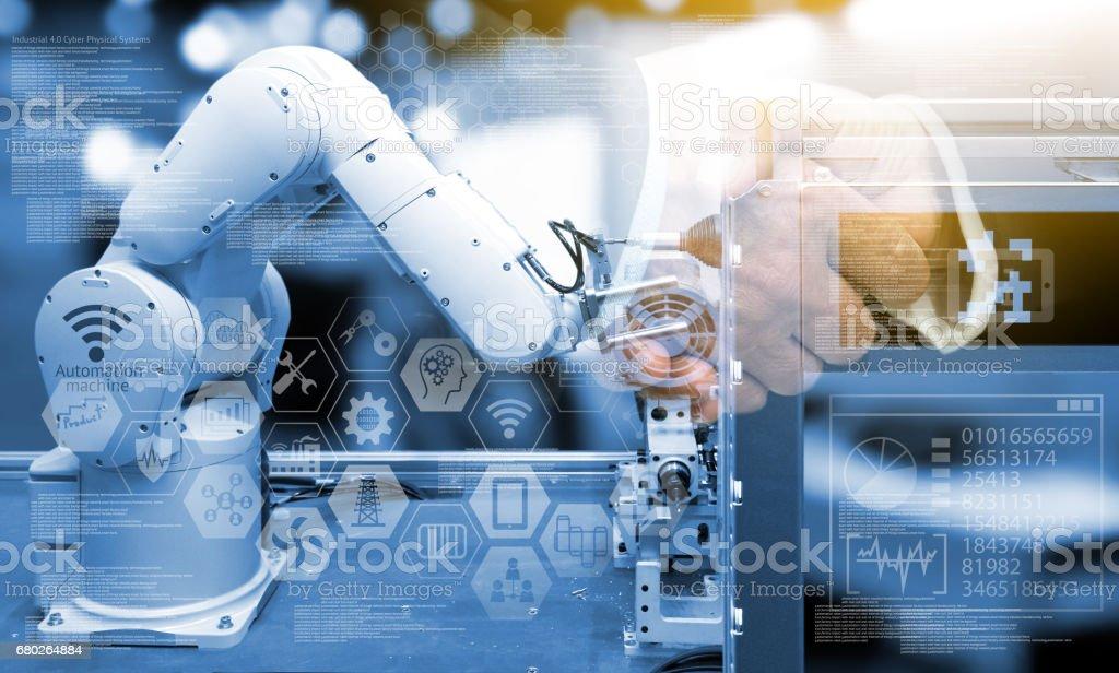 Industry4.0 Konzept. Zwei Geschäftsleute Händeschütteln mit Industrie grafische Zeichen und Blauton der automatisieren drahtlose Roboterarm in intelligente Fabrik Hintergrund. Doppelbelichtung, Fackel Licht – Foto