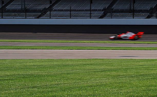 indy 500 automóviles en la pista de carreras - irl indycar series fotografías e imágenes de stock