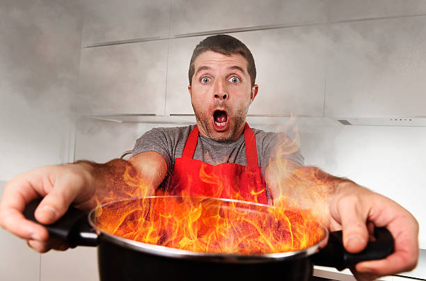 inexperienced casa cozinhar panela queima de fogo de retenção em pânico stress - burned cooking imagens e fotografias de stock