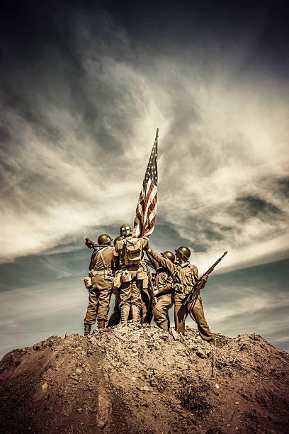 WWII Infantry Squad Aufzüge Flagge auf Hill – Foto