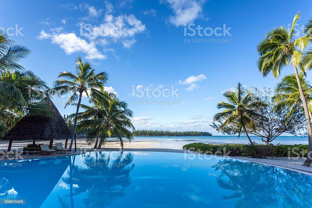 Piscine à débordement du centre de villégiature Tropical sur une belle journée ensoleillée - Photo