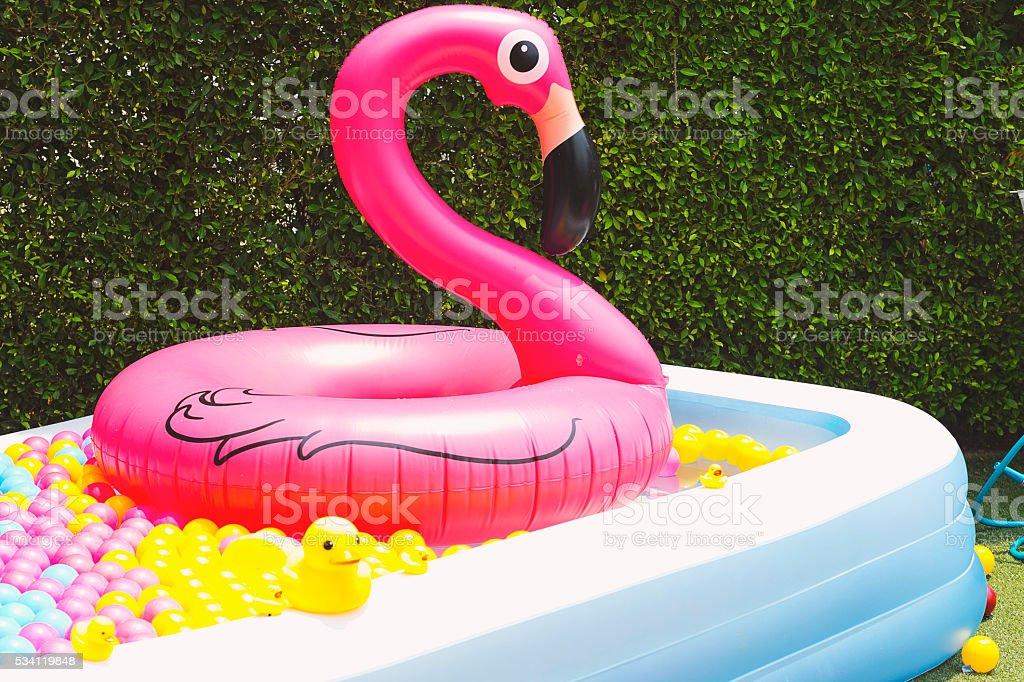 Colchonetas inflables piscina flamingo globo fotograf a de stock y m s im genes de actividad - Colchonetas para piscina ...