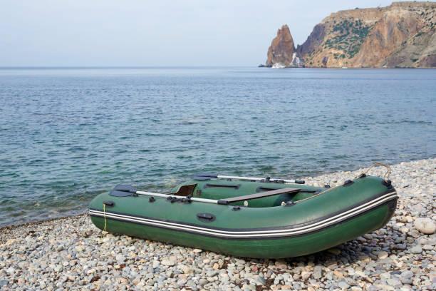 uppblåsbar gummibåt på stranden. - livbåt bildbanksfoton och bilder