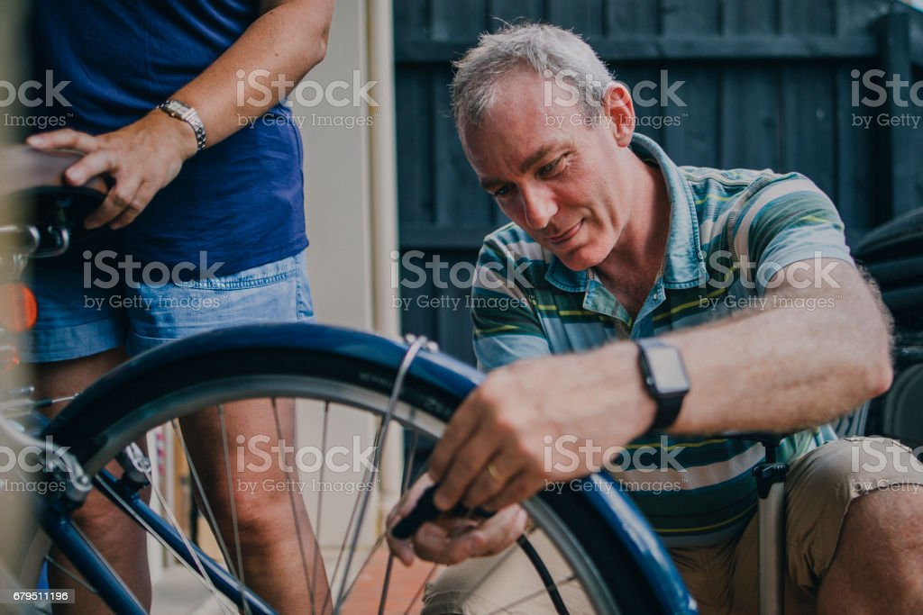 Inflating the Tire on a Bicycle - foto de stock