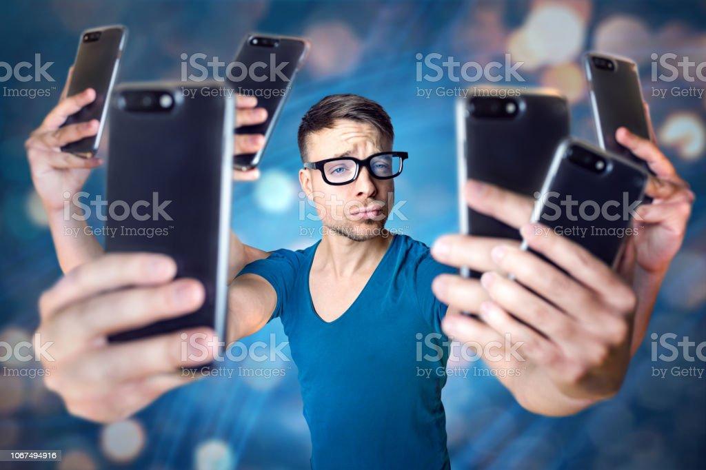 Influencer hält eine übertriebene Anzahl von smartphones - Lizenzfrei Brille Stock-Foto