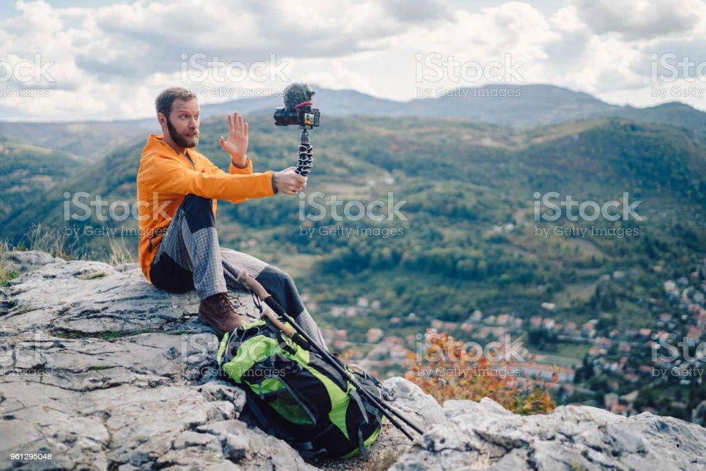 Influencer touristischen Wander- und Vlogs auf des Berges Höhn – Foto