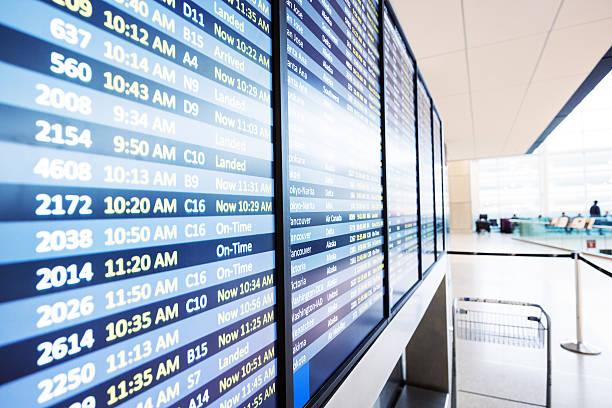 Les informations de vol sur panneau d'affichage dans l'aéroport - Photo