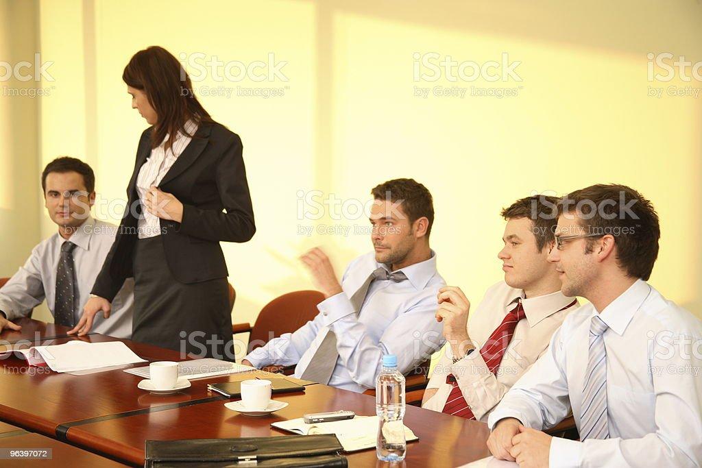 カジュアルなビジネスミーティングの女性ボス付きスピーチ - インタビューのロイヤリティフリーストックフォト