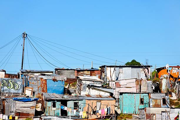 informelle siedlung oder shantytown außerhalb von kapstadt - eisenmangel was tun stock-fotos und bilder