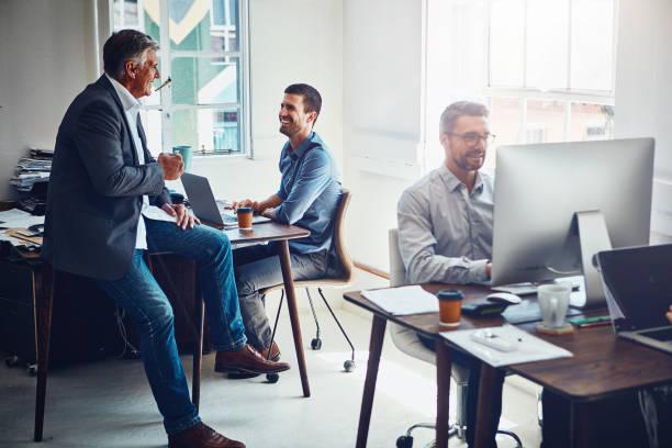 資訊流動更加自由地感謝他們的開放式辦公室 - 小型辦公室 個照片及圖片檔