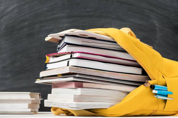 tabla de sobrecarga de información libros de pizarra - foto de stock