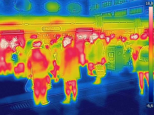 도시 철도 역 추운 겨울 날 사람들의 적외선 열 이미지 - 온도 뉴스 사진 이미지