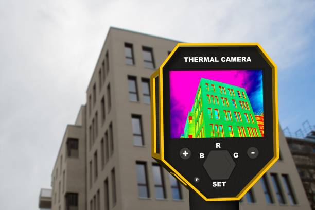 infrared thermal imager showing building facade and window heat loss – Foto