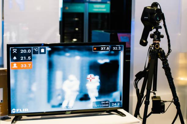 инфракрасная система теплового сканирования с камерой и камерой отображения, автоматическая проверка температуры. коронавирусная ковид-19 - medical technology стоковые фото и изображения
