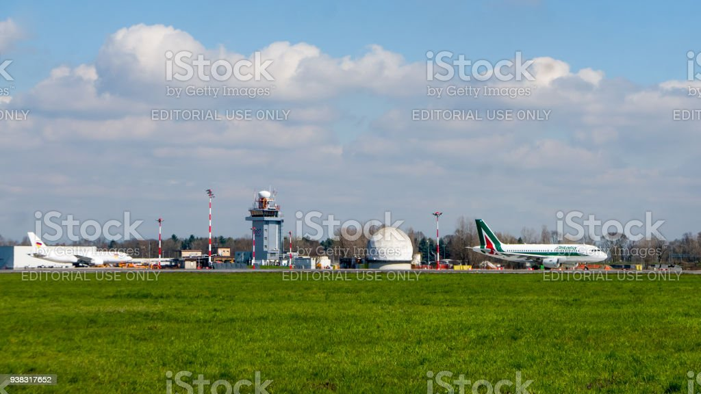 Infrastructure and airplanes of Milano Malpensa airport - foto stock