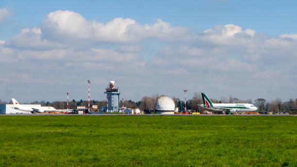 Os aviões do Aeroporto de Milano Malpensa e infra-estrutura - foto de acervo