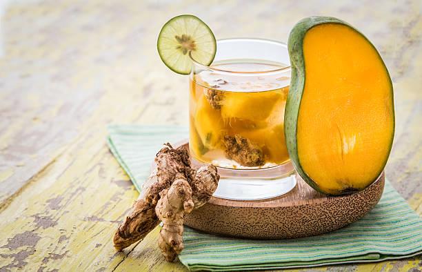 fruchtschorlen mischung aus mango und ingwer - ingwerwasser zubereiten stock-fotos und bilder