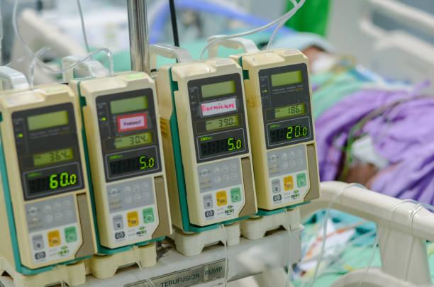 Bomba da infusão que usa-se para o paciente do tratamento em ICU no hospital. - foto de acervo