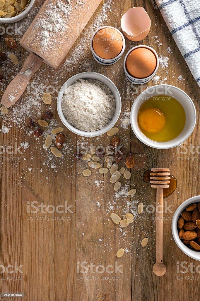 ingrédients pour pâtisserie sur planche de bois stock photo