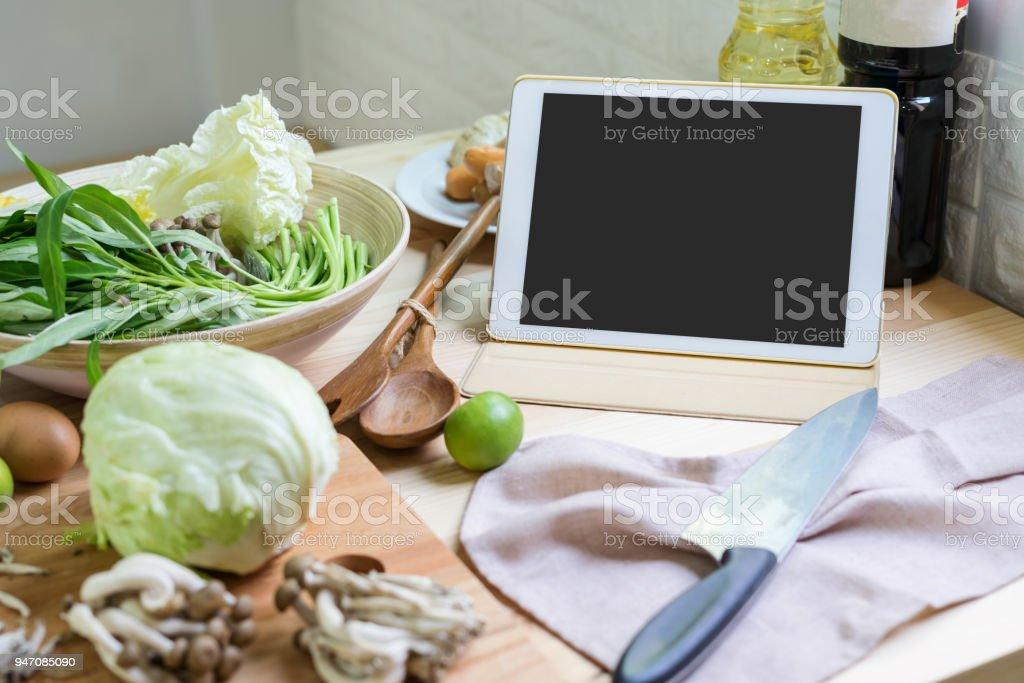 Zutaten und Geräte für das Kochen mit tablet – Foto