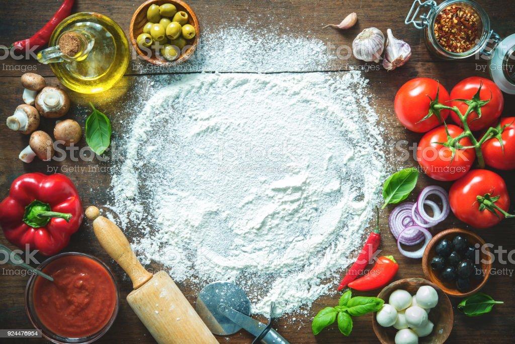 Maddeleri ve ev yapımı pizza yapmak için baharat - Royalty-free Ahşap Stok görsel