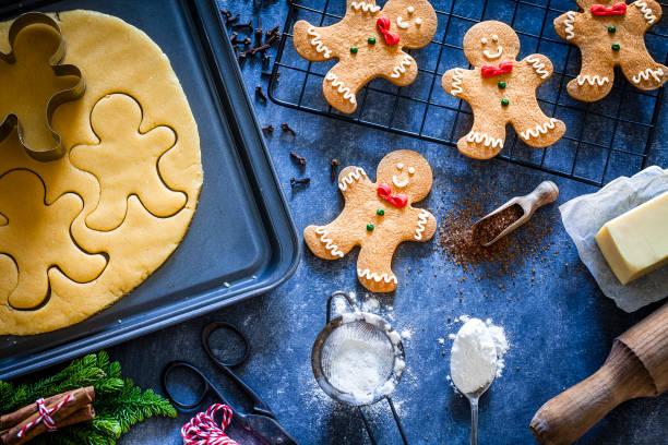 zutaten und utensilien für die zubereitung von weihnachtsplätzchen - backrahmen stock-fotos und bilder