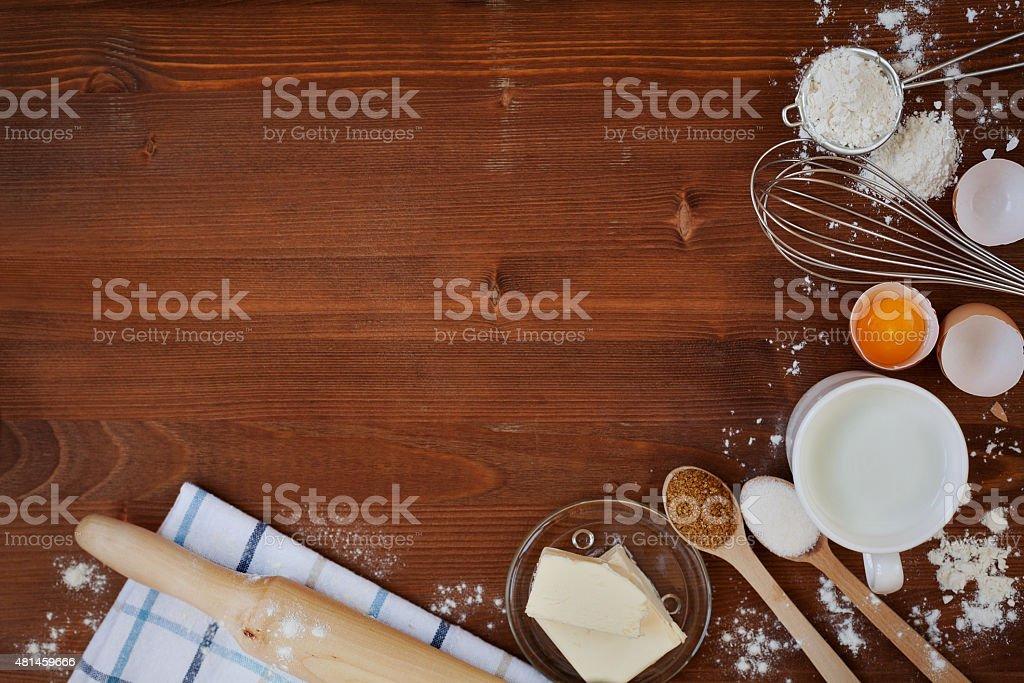 Ingredientes para assar pão de massa de farinha, ovos, leite, manteiga, açúcar, misture - foto de acervo