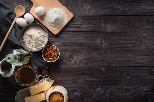 Ingredientes para assar em um fundo de madeira vista de cima - foto de acervo