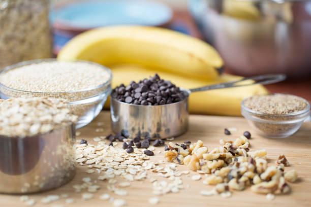 zutaten für banana chocolate chip leckereien - gebackene banane stock-fotos und bilder