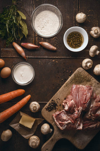 Ingrédients pour blanquette sur la table en bois - Photo