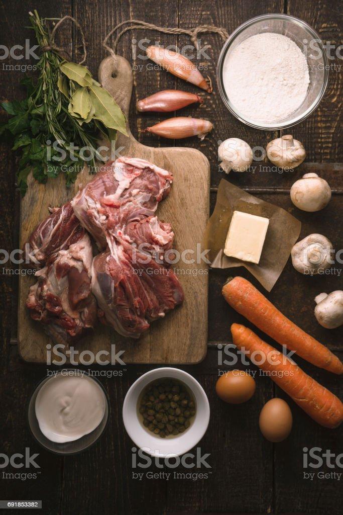 Ingrédients pour blanquette sur le dessus de table en bois Découvre - Photo