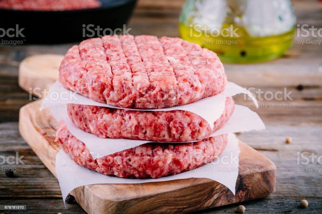 Ingrédients pour hamburgers: cru émincé escalopes de boeuf photo libre de droits