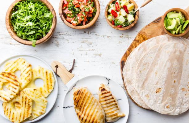zutaten für hähnchen-tacos mit gegrillter ananas - ananas huhn salate stock-fotos und bilder