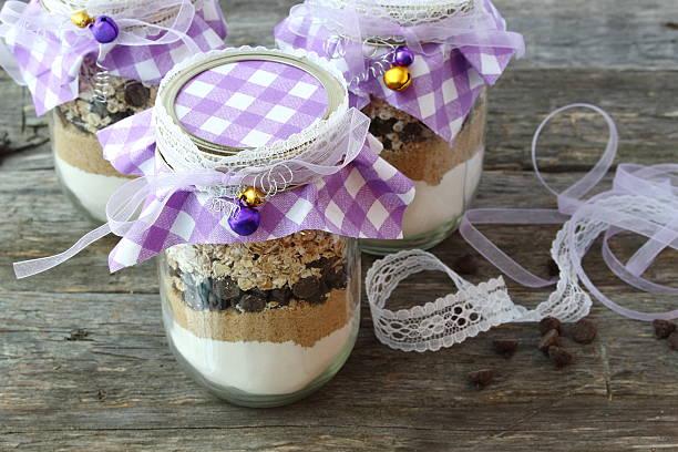 ingredientes para bolachas pepitas chocolate em um frasco: oferta feito a mão - gradients golden ribbons imagens e fotografias de stock